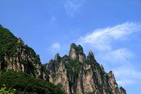 白云下的山峰(横版)