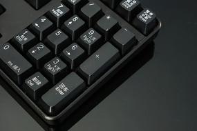 黑背景上的黑色电脑键盘素材