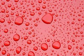 红色背景上的雨水水珠高质感大图