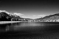 云南丽江玉龙雪山蓝月湖黑白摄影