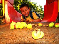 孩子看到好吃的水果开心的笑