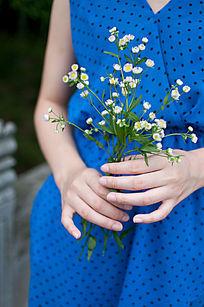 玉手拿着花