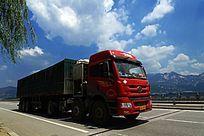 蓝天白云下的大型货车