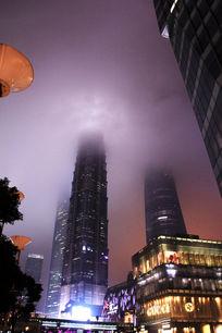 上海陆家嘴云雾缭绕高层