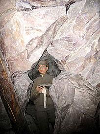 志愿军战士在坑道复原场景