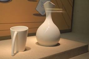 一个白色的杯子和瓶子