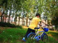 在草丛里推着自行车的孩子