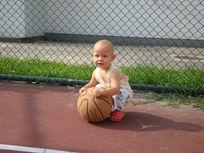 抱着篮球开心的笑的孩子