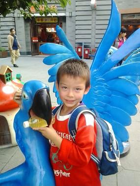 抱着蓝色鹦鹉的儿童