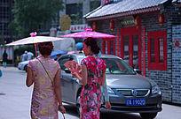 撑伞的旗袍美女