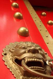红色大门上的狮头