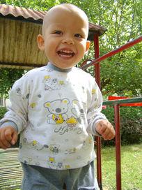 在铁床上开心大笑的孩子