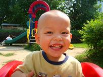 在游乐园开心笑的孩子