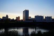 海拉尔市区河畔的住宅楼