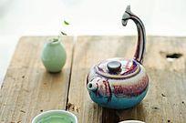 木板上的茶壶