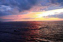 黑龙江上快速行驶的小船
