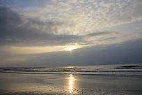猛烈的海上日出