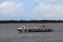 行驶在黑龙江上的游船