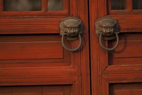 紅色木門上的龍頭門栓