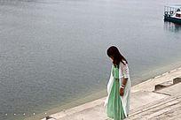 湖边的美女