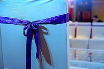 婚礼现场精心装饰的椅子靠背