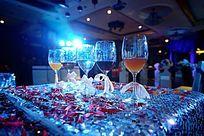 浪漫温馨的婚礼现场五个红酒高脚杯