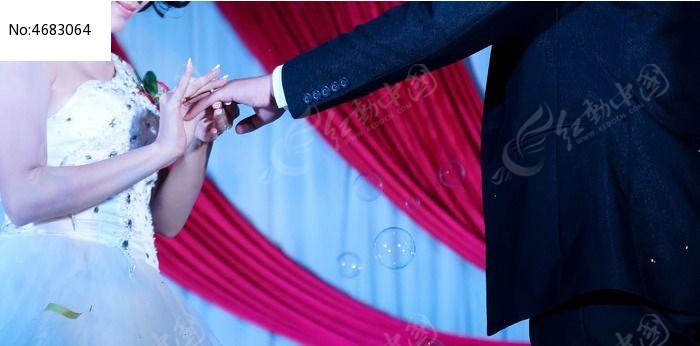 婚礼现场典礼新人佩戴结婚信物