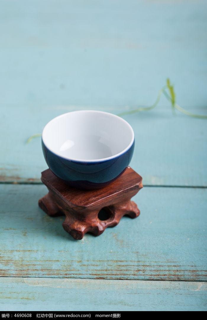 蓝色陶瓷茶碗图片