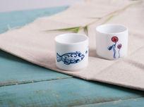 麻布上的陶瓷茶杯