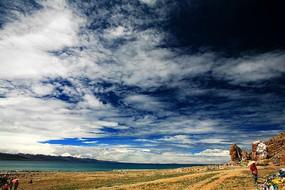 西藏高原湖泊深邃天空
