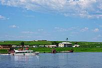 额尔古纳河行驶的我国游船