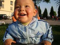 向上开心的笑的孩子
