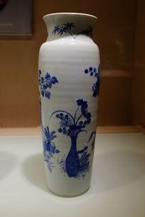 青花博古纹筒瓶