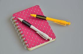 笔记本上的油笔