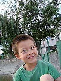 侧头笑的孩子