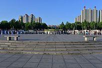 城市广场晨练的人们