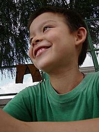 看着蓝天笑的孩子