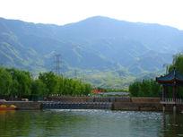 山脚下的河坝