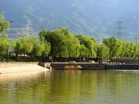 山脚下的绿树河坝