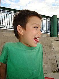 伸舌头看一边的儿童