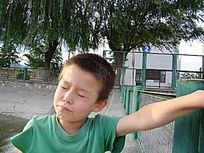 手抓栏杆的孩子
