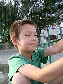 双手扶栏杆的孩子