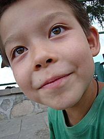 睁大眼睛微笑的孩子