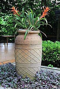 高大的陶瓷花瓶