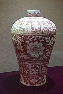 褐色花纹瓷器瓶