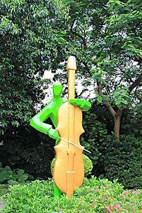 拉大提琴的人物雕塑