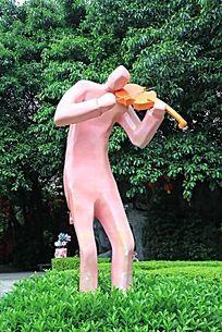 拉小提琴的人物雕塑