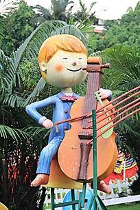 弹奏的人物雕塑
