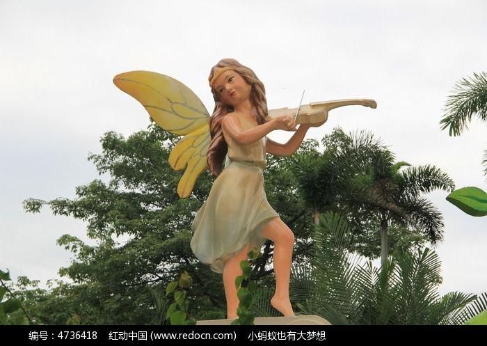 拉小提琴的女孩雕塑图片