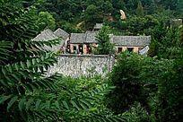 山体植被环绕的寺院庙宇